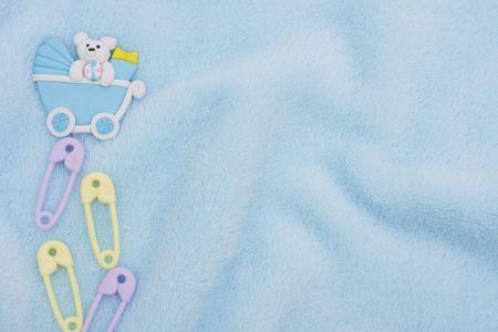 Pañal pines y un carro de bebé sobre un fondo de textura azul, frontera de bebé  Foto de archivo - 6648935