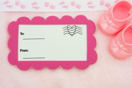 Une carte postale avec un Bottillons bébé sur un fond rose avec un pied et la main impression frontière, le cadeau de douche de bébé Banque d'images - 6679182