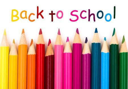 学校に戻って、白い背景にカラフルな鉛筆クレヨン