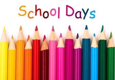 학창 시절 흰색 배경에 다채로운 연필 크레용
