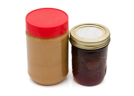 cacahuate: Una jarra de mantequilla de man� y una jarra de jalea aislado en un fondo blanco, mantequilla de man�