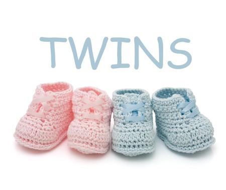 gemelas: Botines de beb� hecho a mano de Rosa y azul para gemelos aislados en un fondo blanco  Foto de archivo