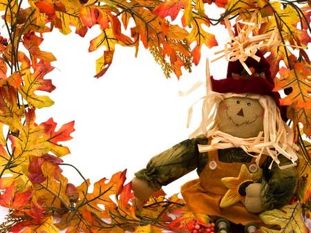 scarecrow: Hojas de oto�o con un Espantap�jaros aislado en la frontera de blanco, oto�o
