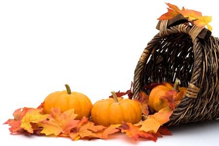 cuerno de la abundancia: Caída deja con calabazas en una cornucopia, escena de otoño