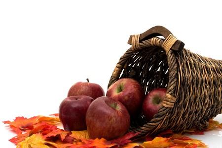 cuerno de la abundancia: Manzanas en una cornucopia aislados en la escena de blanco, oto�o