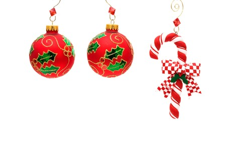 Riet van het suikergoed met glazen kerstballen op een witte achtergrond, riet van het suikergoed