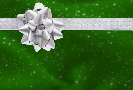 envolturas: Una cinta y arco sobre un fondo verde, presentes Navidad de fondo Foto de archivo