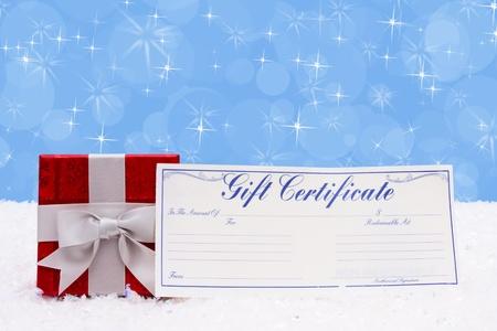 Een kerstcadeau met een cadeaubon op een achtergrond van sneeuw, Christmas Time