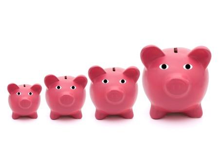 Een rij van roze piggy banken op een witte achtergrond, besparingen Stockfoto