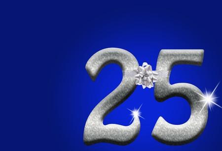 El número 25 en plata con cinta y arco sobre un fondo azul, 25 aniversario Foto de archivo