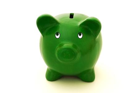Een groene piggy bank geïsoleerd op een witte achtergrond