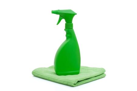 Een groene spray fles met een groene handdoek geïsoleerd op wit, schoonmaken tijd