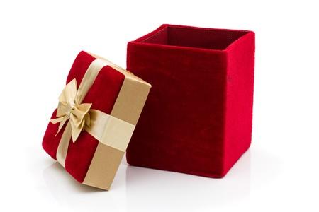 terciopelo rojo: Un presente con un arco de oro aislado en blanco, felices fiestas de terciopelo rojo