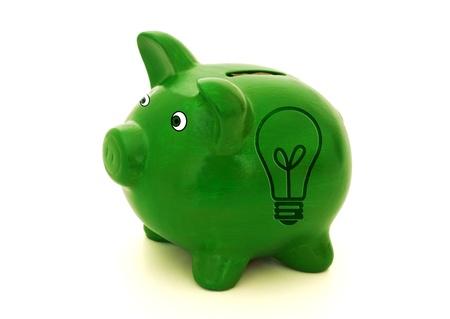 Un salvadanaio verde con un simbolo di lampadina su sfondo bianco, idee per risparmiare soldi Archivio Fotografico - 9514305
