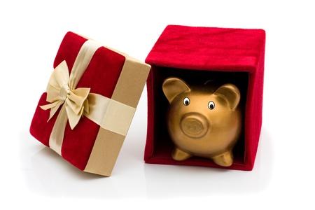 fiocco oro: Un velluto rosso presente aperto con il salvadanaio e fiocco oro isolata on white, Happy Holidays Archivio Fotografico