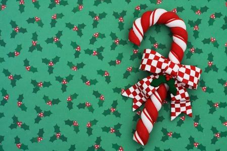 Riet van het Kerstmissuikergoed met een boog op hulstachtergrond, het Riet van het Kerstmissuikergoed