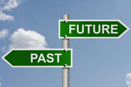 あなたのメッセージ、未来と過去の空の背景とコピー スペースを持つ、アメリカの道路標識 写真素材