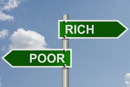 金持ち: 空の背景とコピー メッセージ用の領域を金持ちや貧しい人々 への道で、アメリカの道路標識 写真素材
