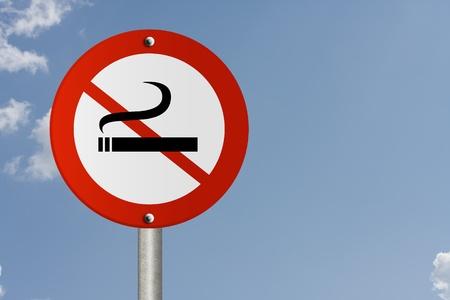 no fumar: Una se�al de carretera americano y ning�n s�mbolo de fumar con el fondo del cielo y espacio de la copia de su mensaje, se�al de stop fumadores Foto de archivo