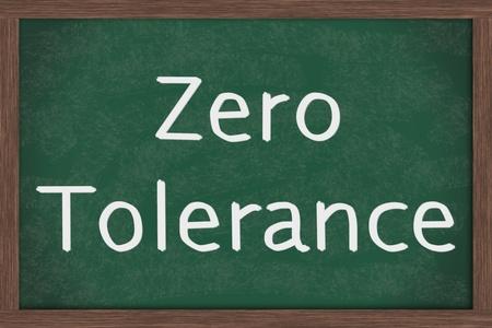 tolerancia: Una pizarra con las letras de tiza tolerancia cero, la política de Cero Tolerancia en las escuelas