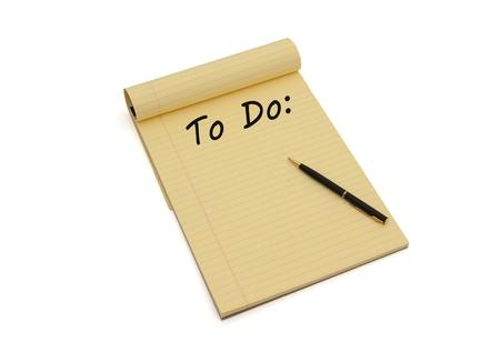 hacer: El bloc de notas en blanco de color amarillo rayado con copia-espacio y las palabras para hacer y una pluma, haciendo su lista de tareas pendientes Foto de archivo