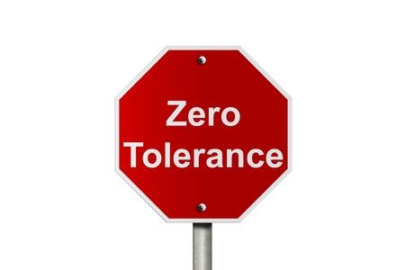 tolerancia: Un camino de América señal de alto aislado en blanco con la tolerancia cero, las palabras