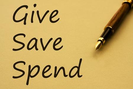 Een vulpen met geel papier en woorden te geven, op te slaan en door te brengen, waar uw geld wordt besteed