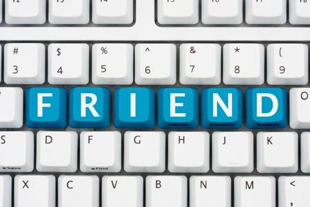 Een computer toetsenbord met blauwe toetsen spelling vriend, Communiceren met vrienden op het internet Stockfoto