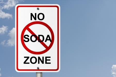 frisdrank: Een Amerikaanse verkeersbord met hemel achtergrond en kopie ruimte voor uw bericht, No Soda Zone Stockfoto
