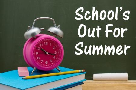 adentro y afuera: Reserve con l�piz y goma de borrar con un reloj despertador retro delante de un pizarr�n, las escuelas fuera de verano