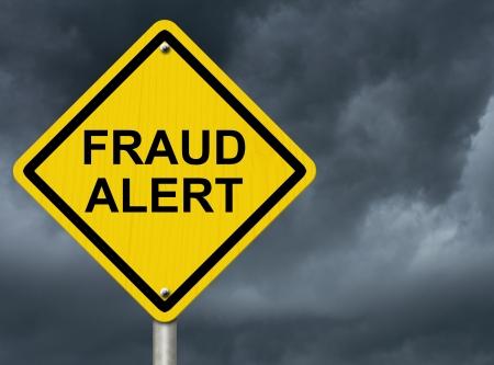risks ahead: Un signo de advertencia de carretera contra un cielo tormentoso con palabras Alerta de fraude, Advertencia de Fraude