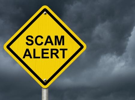 단어 사기 경고, 사기의 경고와 함께 폭풍이 하늘에 대하여도 경고 표지판 스톡 콘텐츠