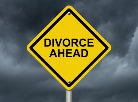 señales preventivas: Un signo de advertencia de carretera contra un cielo tormentoso con palabras Divorcio Ahead, advirtiendo de divorcio es muy pronto Foto de archivo