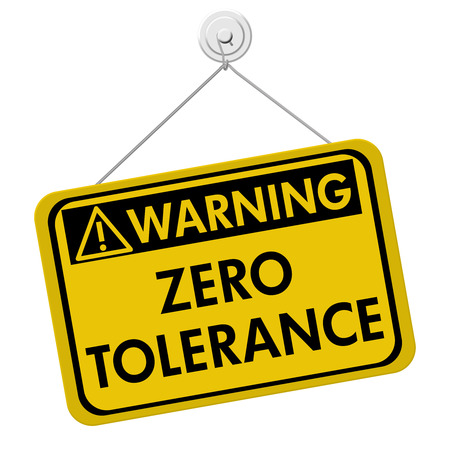 tolerance: Entrar Zero Tolerance advertencia, una se�al de color amarillo y negro con las palabras Zero Tolerance aislado en un fondo blanco Foto de archivo
