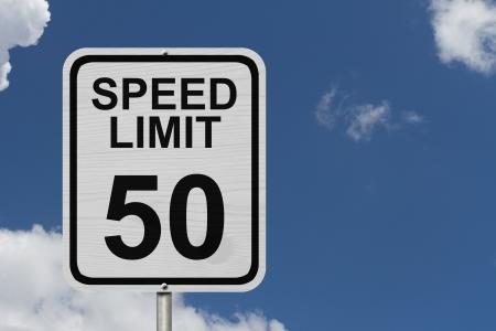 言葉の制限速度と上空の背景、50 の速度制限標識と 50 の白いアメリカ道路標識