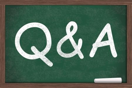 control de calidad: Q & A escrito en una pizarra con una tiza blanca Foto de archivo