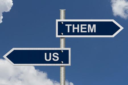 블루 거리 표지판 단어와 푸른 하늘 우리와 그들, 우리 대 그들 대 스톡 콘텐츠