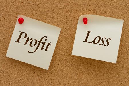 perdidas y ganancias: Beneficio contra pérdida, dos notas adhesivas amarillas en un tablero de corcho con las palabras de Pérdidas y Ganancias
