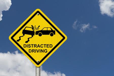 interdiction telephone: Aucun signe de la distraction au volant, panneau d'avertissement jaune avec des mots la conduite inattentive et ic�ne de l'accident avec fond de ciel