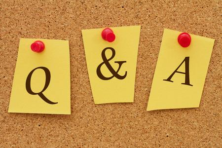 control de calidad: Q & A, Preguntas y Respuestas, Tres notas de color amarillo en un tablero de corcho con la palabra Q & A