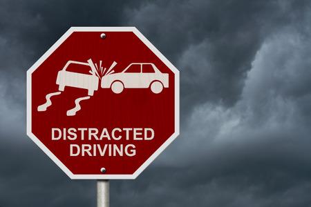 manejando: Ninguna muestra de la conducci�n distra�da, se�al de stop rojo con palabras la conducci�n distra�da y el icono de accidente con fondo de cielo tormentoso