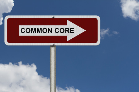 nucleo: La forma de Common Core, rojo y blanco placa de la calle con la palabra básico común con el cielo de fondo