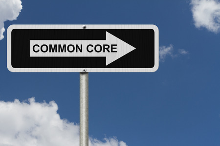 La forma de Common Core, blanco y Negro cartel de la calle con la palabra Common Core con fondo de cielo Foto de archivo - 32566622