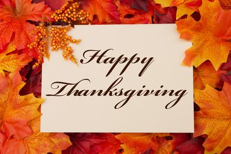 caes: Una tarjeta feliz de Acción de Gracias, una tarjeta de color beige con las palabras Feliz Día de Gracias sobre fondo rojo y naranja hoja de arce
