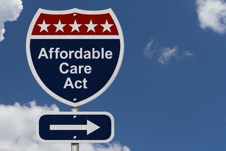 Affordable Care Act sesión, una muestra de la carretera de color rojo, blanco y azul con las palabras Ley de Asistencia Asequible y una muestra de la flecha con el fondo del cielo