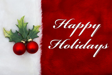 Fijne feestdagen, een pluche rode kous met een Maretakornament en woorden Happy Holidays