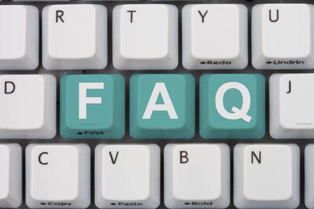 FAQ 온라인을 얻으십시오, 청록 문자로 FAQ라는 단어가있는 회색 컴퓨터 키보드 스톡 콘텐츠