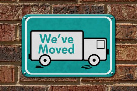 移動、記号、ティール レンガの壁にトラックと移転通知単語であります。