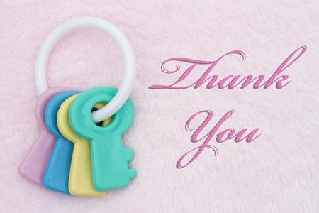 jouet b�b�: Merci, jouet de b�b� sur un fond rose en peluche avec des mots de remerciement
