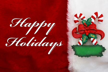 Happy Holidays, een pluche rode kous met Candy Canes en woorden Happy Holidays Stockfoto